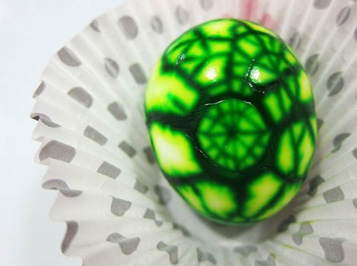 Giving a Marbling Effect to Your Easter Eggs