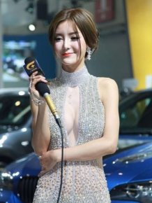 Girl in a Sexy Dress Became a Chinese Internet Sensation