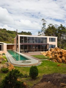 Modern house by architect Oscar Mesa