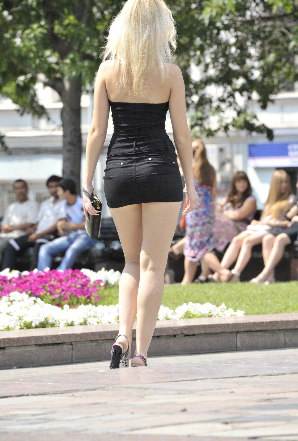Фото девушки в парке в кожаной мини юбки 28 фотография