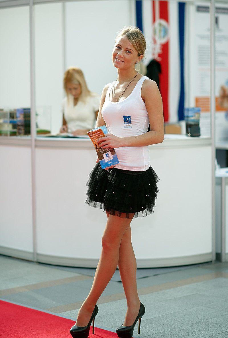 Русская девушка в крошечной мини юбке 15 фотография