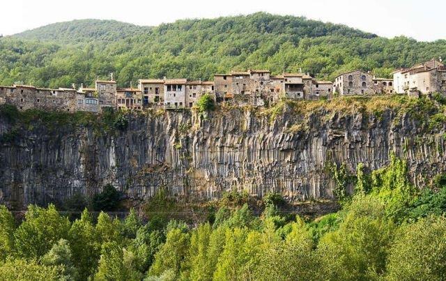 Town built on the edge ot the earth