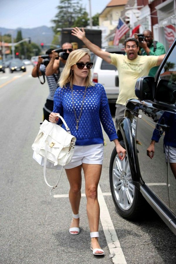 Reese Witherspoon vs a Paparazzi