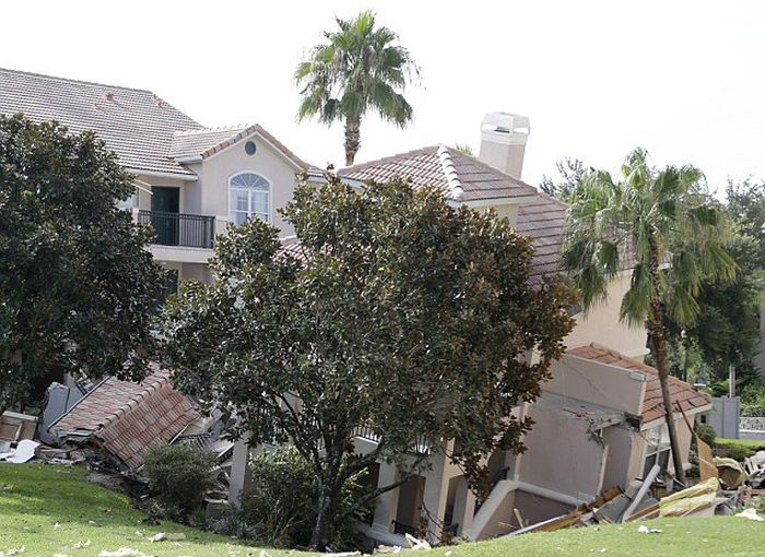 Holiday Villa Swallowed by a Sinkhole in Florida