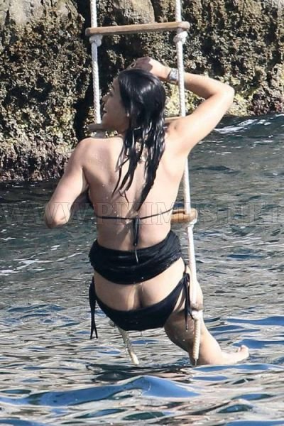 Michelle Rodriguez Shows Her Naked Bottom