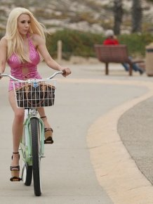 Courtney Stodden Fell Off Her Bike
