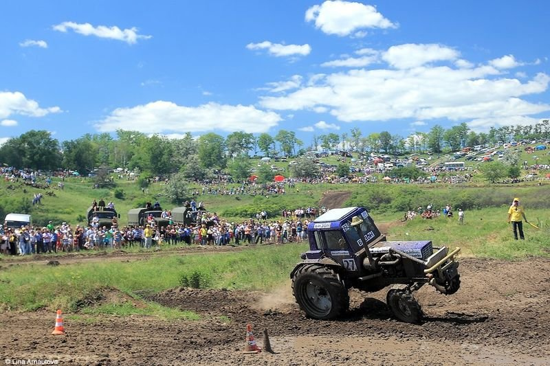 Bison Track Shaw - racing on tractors