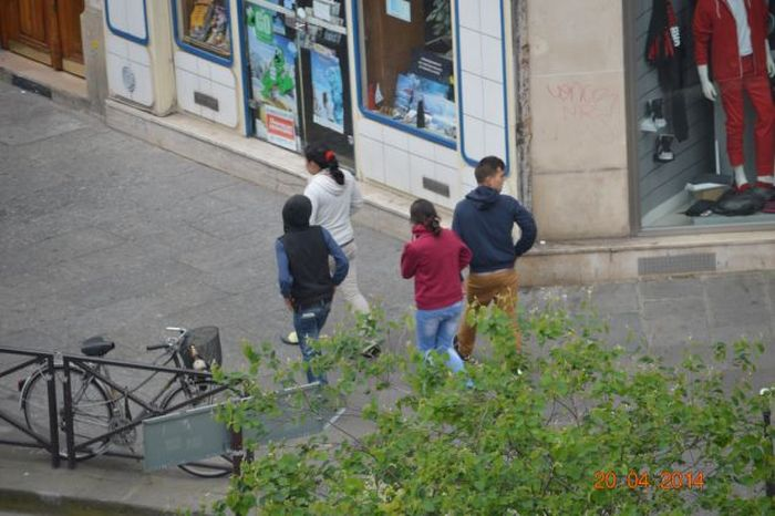 Roma Thieves Stealing Money from a Tourist