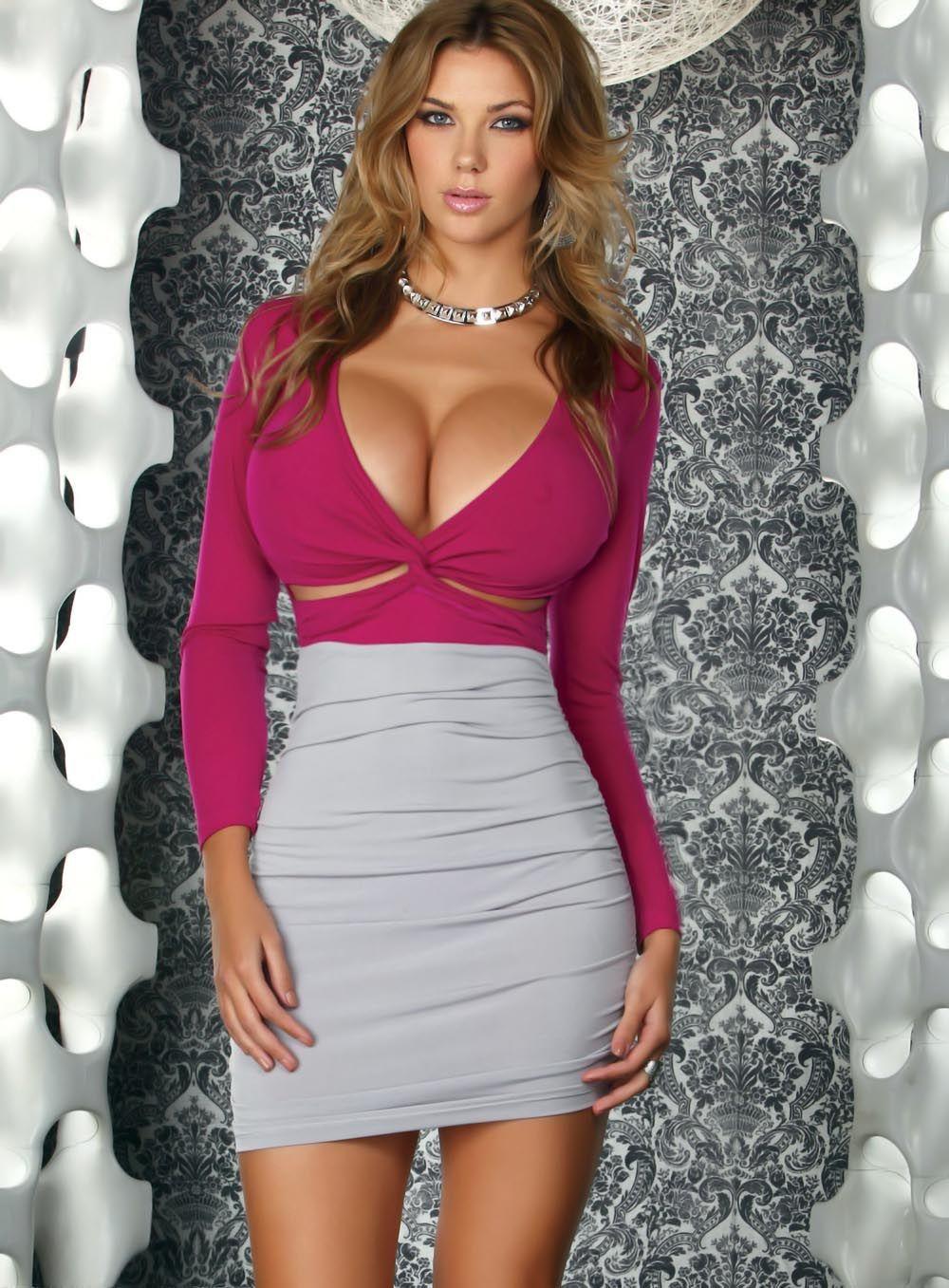 Обтягивающее платье на девушке с ...