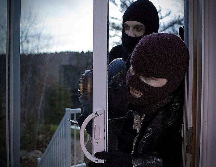 22 Things You'll Never Hear A Burglar Say