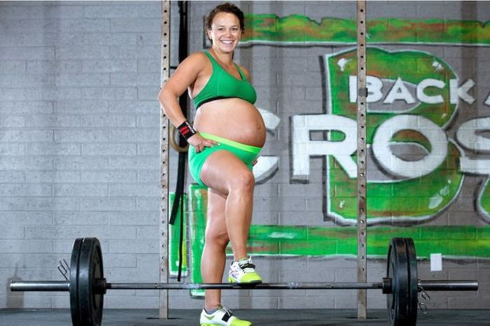 Weight Lifting Mom Gets Ripped Right Before Birth