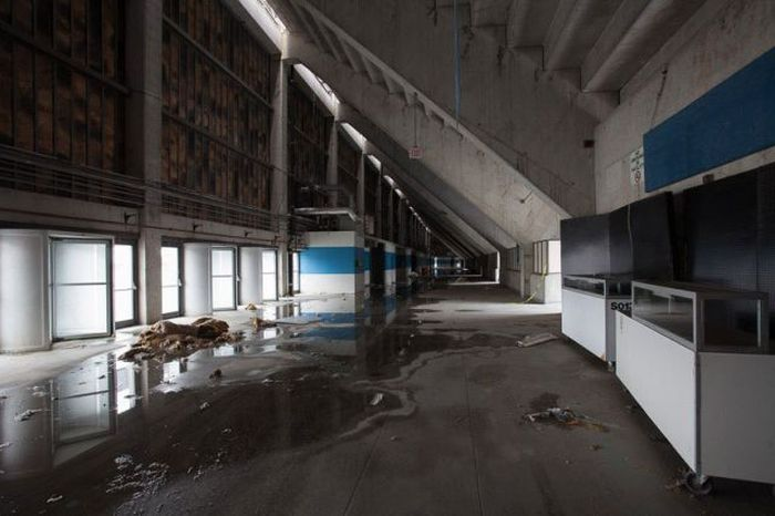 Eerie Photos Of The Abandoned Pontiac Silverdome