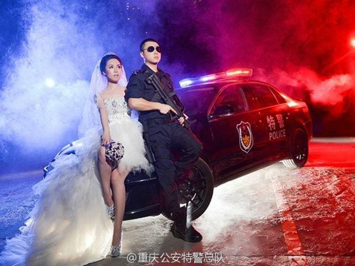 Chinese SWAT Officer Takes Wedding Photos At Work