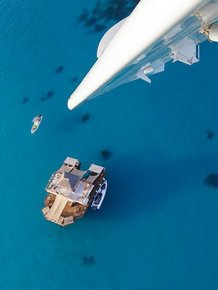 This Floating Bar Off The Coast Of Fiji Is Awesome