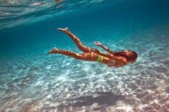 Beautiful Woman Does Underwater Photoshoot