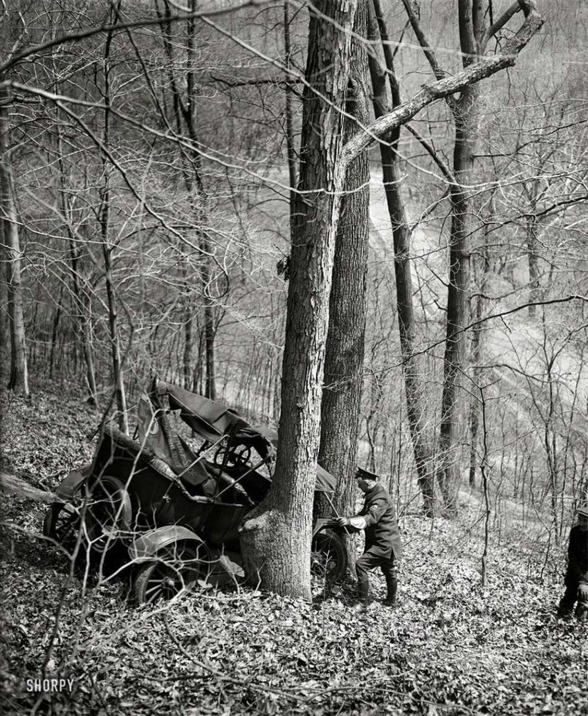 American car accident from early 20th century