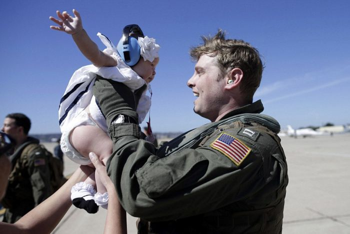 US Navy Officer Returns And Meets His Daughter For The First Time Ever