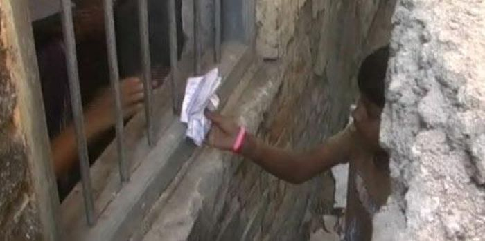 Parents Climb Up A Wall To Help Their Kids Cheat At School In India