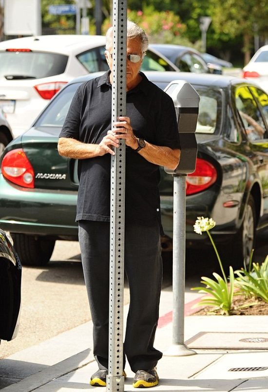 Dustin Hoffman Plays Hide And Seek On The Streets Of LA