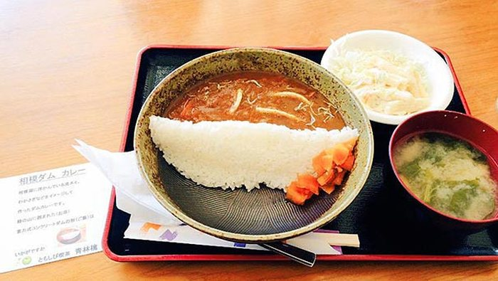 Japanese Restaurants Serve Curry With A Rice Dam