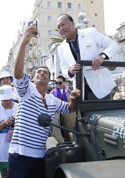 Chinese Businessman Takes 6,400 Workers To France