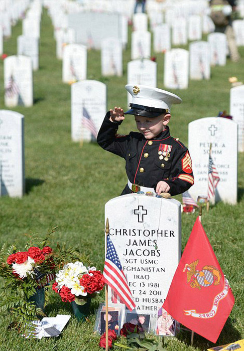 Heartbreaking Scene At Marine's Grave On Memorial Day | Others