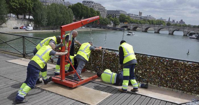 Paris Has Removed Thousands Of Padlocks From The Pont des Arts Bridge