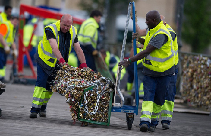 Paris Has Removed Thousands Of Padlocks From The Pont des Arts Bridge