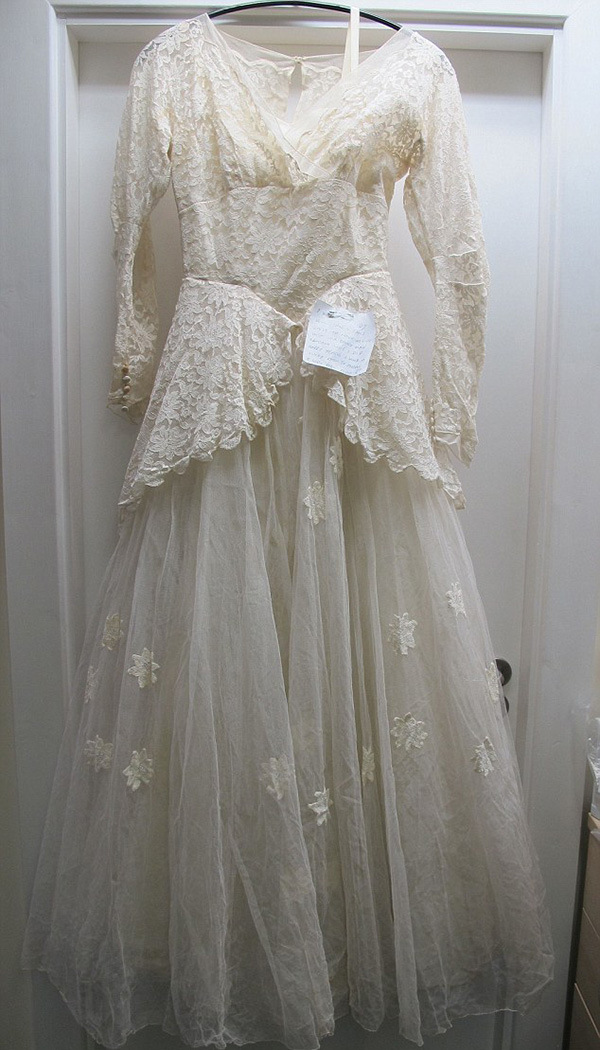 Old Man Donates His Wife's Wedding Dress With A Heartwarming Note