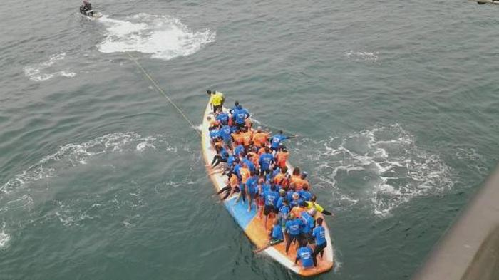 66 Surfers Set A New Guinness Record With A 1,300 Pound Board