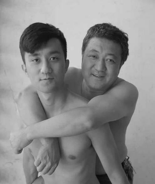 For 30 Years This Man Took A Selfie With His Son, The Last One Will Surprise You