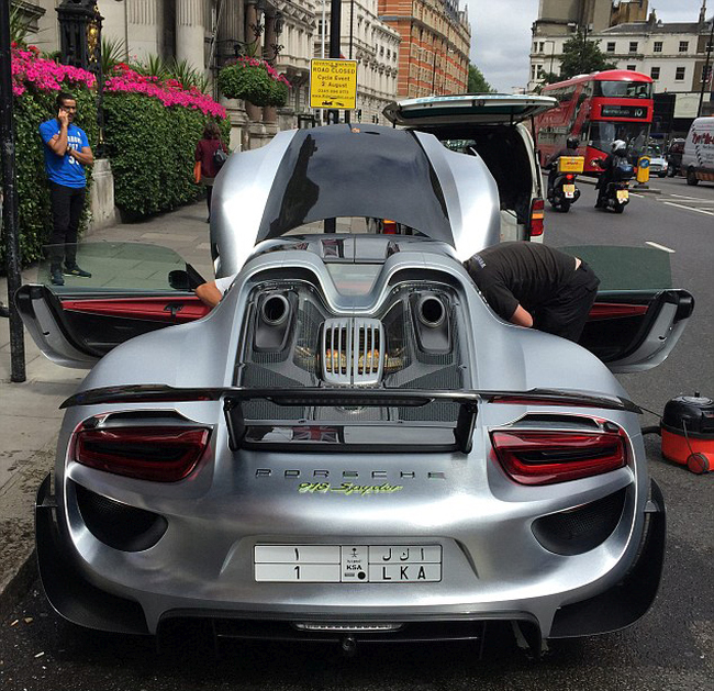 Millionaire Blocks Busy London Street To Get His Porsche Washed