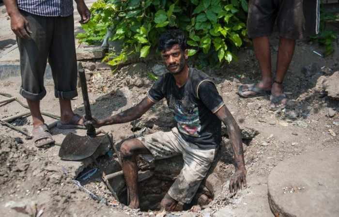 Sewer Divers In Delhi Have A Gross Job That Pays Very Little