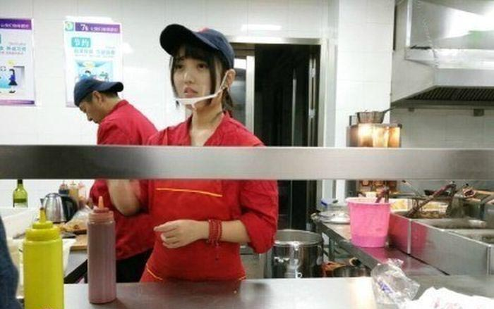 The Men At Yangzhou University Are Lining Up For This 'Cafeteria Goddess'
