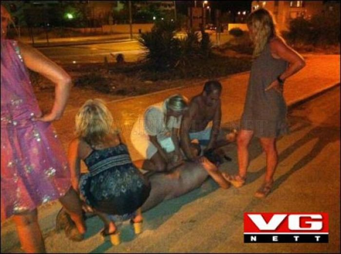 Flasher Got Busted by Four Blondes