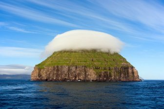 An island with a crown of clouds - Luytla-Duymun