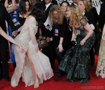 Madonna steps on Jessica Biel's dress at The Golden Globes