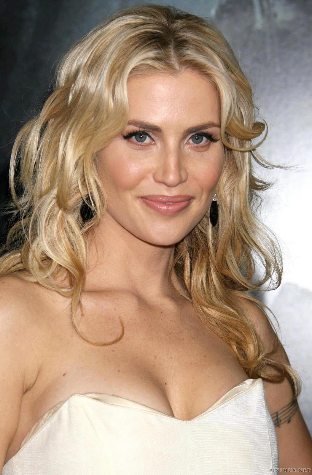 http://piximus.net/media/7947/blonde-beauty-willa-ford-7.jpg