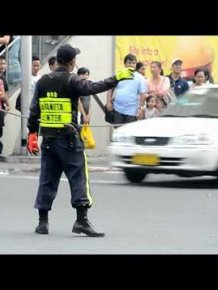 Traffic cop dances to Michael Jackson