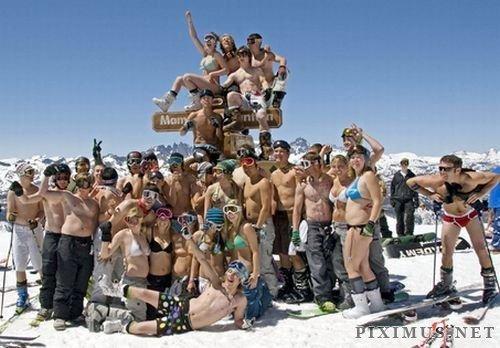 Girls in bikini skiing