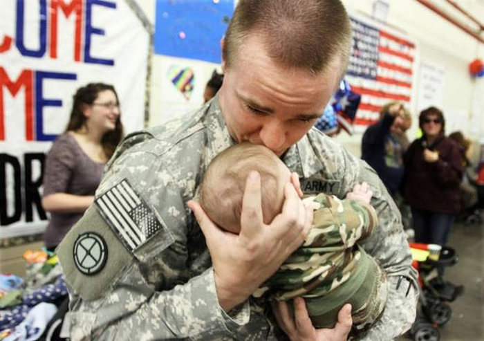 23 Heartwarming Photos Of Soldiers Being Reunited With Their Families