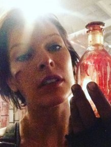 Milla Jovovich Shows Off Her Old Alice Look From The Resident Evil Set