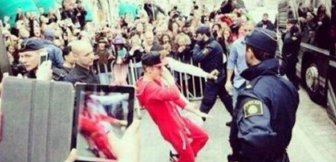 Justin Bieber Fans Literally Kiss The Ground He Walks On