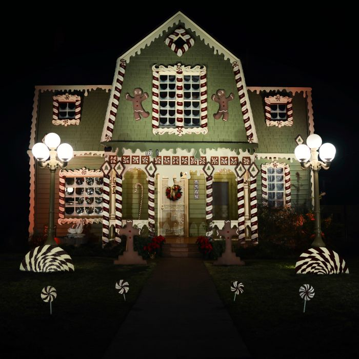 Woman Turns Her Parent's Home Into A Giant Ginger Bread House For Christmas