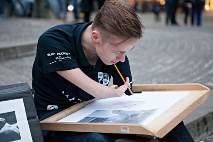 Meet The Man That Draws Realistic Paintings Without Any Arms