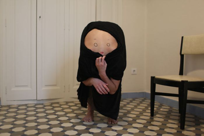 An Artist Is Turning People Into Strange Creatures By Drawing Faces On Their Backs