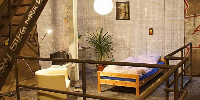 A Mysterious Bedroom Has Appeared In Berlin's Subway Tunnels