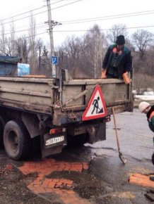 How Russians Repair Holes In The Road