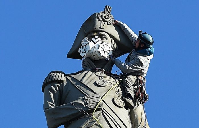 Greenpeace Protesters Climb Nelson's Column To Put A Gas Mask On The Statue