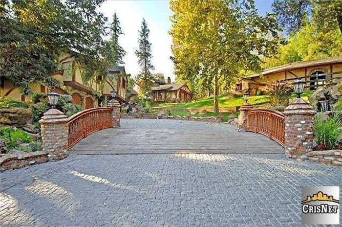 An Inside Look At Drake's Luxurious $8 Million Dollar Estate